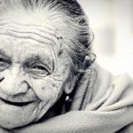 En gammel smilende kvinde.